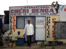 Chéri Benga_devant L'International_2011_In Situ_Galerie Angalia